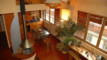 Cuisine ouverte sur séjour et cheminée centrale