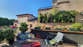 Terrasse avec mur végétal en centre ville et mobilier urbain coloré