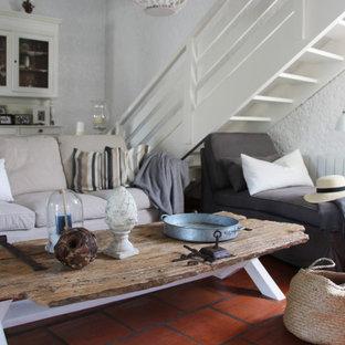 ボルドーの広いビーチスタイルのおしゃれなリビングロフト (白い壁、テラコッタタイルの床、標準型暖炉、漆喰の暖炉まわり、板張り天井) の写真