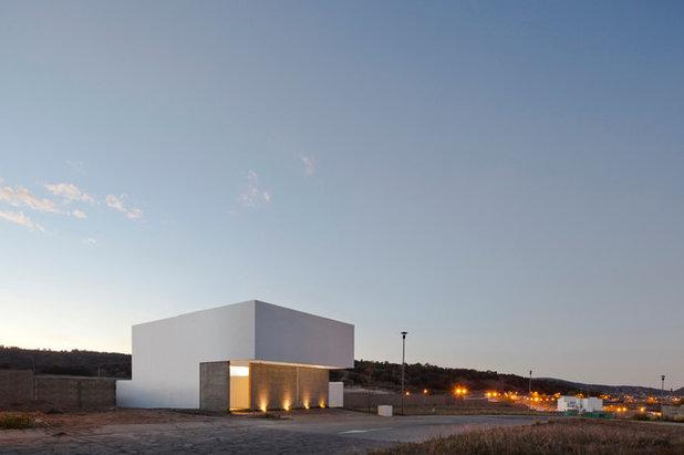 Современный  by Cota Paredes Arquitectos