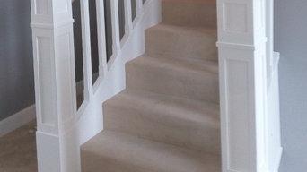 Белая лестница с ковролином и столбами-колоннами