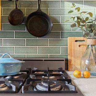 Zweizeilige, Kleine Stilmix Küche mit Küchenrückwand in Grün und Küchengeräten aus Edelstahl in New York