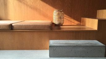 Træets varme tone i samspil med sollyset, træ og bambusflet, træet opnås den grå