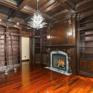Esempio di una grande cabina armadio per uomo classica con ante con bugna sagomata, ante in legno bruno, pavimento in legno massello medio, pavimento multicolore e soffitto a cassettoni