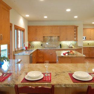 Esempio di una grande cucina design con lavello sottopiano, ante in stile shaker, ante in legno scuro, top in pietra calcarea, paraspruzzi beige, paraspruzzi in lastra di pietra, elettrodomestici bianchi, pavimento in legno massello medio e 2 o più isole