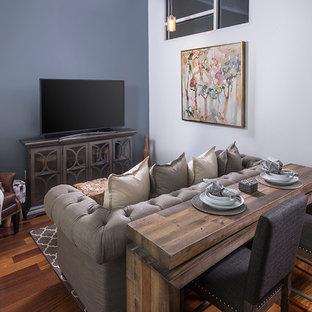Ejemplo de salón para visitas tipo loft, rural, pequeño, con paredes azules, suelo de bambú y televisor independiente
