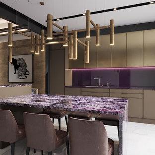 Einzeilige, Mittelgroße Moderne Wohnküche ohne Insel mit Waschbecken, beigen Schränken, Glas-Arbeitsplatte, Rückwand aus Glasfliesen, schwarzen Elektrogeräten, Marmorboden, weißem Boden und lila Arbeitsplatte in Toronto