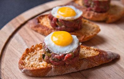 Рецепт: Антипохмельная брускетта с тартаром и яйцом