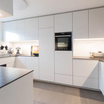 Praktische Küche in ansprechend weißem Design