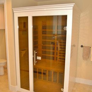 ロサンゼルスの中サイズのトランジショナルスタイルのおしゃれなマスターバスルーム (アンダーカウンター洗面器、シェーカースタイル扉のキャビネット、白いキャビネット、クオーツストーンの洗面台、分離型トイレ、ベージュのタイル、磁器タイル、ベージュの壁、磁器タイルの床、アルコーブ型シャワー) の写真