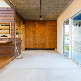 他の地域のラスティックスタイルのおしゃれなLDK (コンクリートの床、グレーの床、塗装板張りの壁、間仕切りカーテン、グレーの天井) の写真