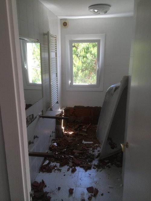 bao blanco con mueble sobre encimera de
