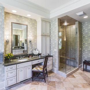アトランタの大きいラスティックスタイルのおしゃれなマスターバスルーム (インセット扉のキャビネット、白いキャビネット、アルコーブ型シャワー、ベージュのタイル、ライムストーンタイル、マルチカラーの壁、トラバーチンの床、アンダーカウンター洗面器、珪岩の洗面台、ベージュの床、グレーの洗面カウンター) の写真