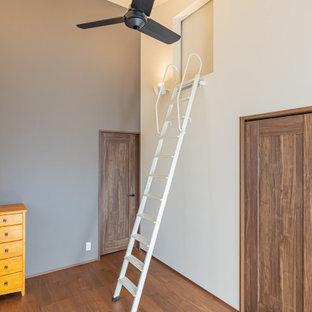 Idéer för att renovera ett mellanstort funkis sovloft, med vita väggar, mörkt trägolv och brunt golv