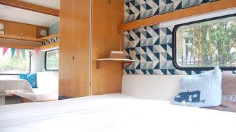 Der Blick vom Schlafbereich im Wohnwagen nachher
