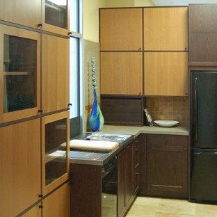 サンルイスオビスポのアジアンスタイルのおしゃれなキッチン (一体型シンク、フラットパネル扉のキャビネット、濃色木目調キャビネット、タイルカウンター、黒い調理設備) の写真