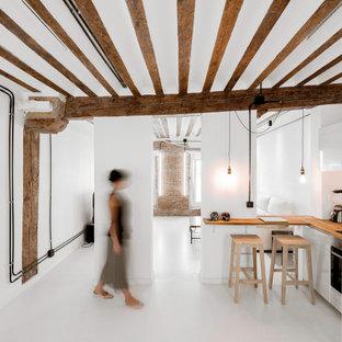 Imagen de cocina en L y blanco y madera, industrial, de tamaño medio, abierta, con fregadero bajoencimera, salpicadero marrón, salpicadero de madera, electrodomésticos blancos, una isla, suelo blanco y encimeras marrones