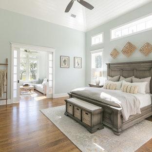 チャールストンのトランジショナルスタイルのおしゃれな主寝室 (グレーの壁、無垢フローリング、暖炉なし、茶色い床、塗装板張りの天井、三角天井) のレイアウト