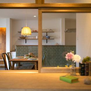 Inspiration för lantliga hemmastudior, med vita väggar, mellanmörkt trägolv, ett inbyggt skrivbord och brunt golv