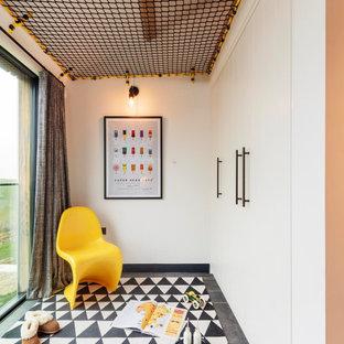 Foto de dormitorio infantil marinero, grande, con suelo de madera oscura, suelo marrón y paredes blancas