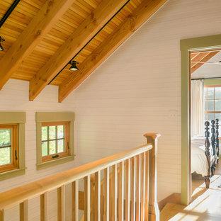 Imagen de recibidores y pasillos rurales, pequeños, con paredes blancas y suelo de madera clara