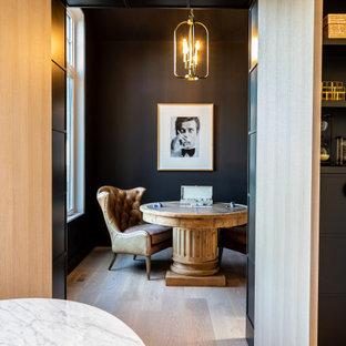 Diseño de despacho papel pintado, campestre, de tamaño medio, papel pintado, con paredes negras, suelo de contrachapado, escritorio independiente, suelo marrón y papel pintado