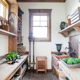 Foto di un capanno da giardino o per gli attrezzi rustico di medie dimensioni