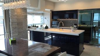 ネイビーキッチンとグレージュの内装で上質な空間