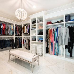 Inredning av en klassisk garderob, med vita skåp, marmorgolv och vitt golv