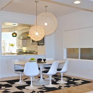 オレンジカウンティの中サイズのモダンスタイルのおしゃれなLDK (白い壁、ライムストーンの床) の写真