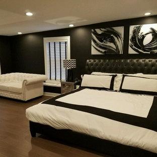 Esempio di un'ampia camera matrimoniale minimalista con pareti nere e pavimento in bambù