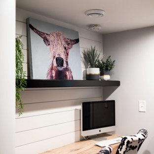 Ejemplo de despacho machihembrado, campestre, pequeño, machihembrado, con paredes blancas, moqueta, escritorio empotrado, suelo gris y machihembrado