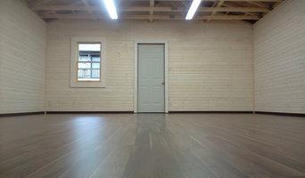 内部は衝撃と重さに強いフローリング、壁は無垢材を塗装しています