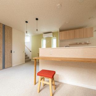 Idee per una sala da pranzo con pareti beige, pavimento in tatami e carta da parati