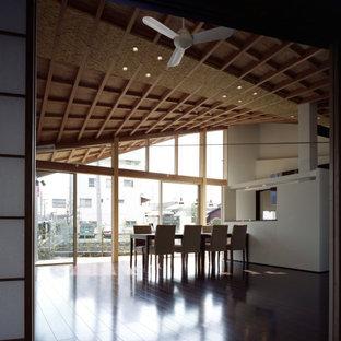 Bild på en funkis matplats med öppen planlösning, med vita väggar, mörkt trägolv och brunt golv