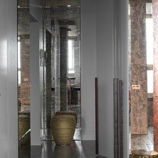 Inspiration för små moderna ingångspartier, med grå väggar, klinkergolv i porslin och grått golv