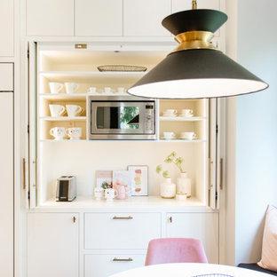 Foto di un angolo bar minimal di medie dimensioni con ante lisce, ante bianche, top in quarzo composito, paraspruzzi bianco, paraspruzzi in quarzo composito, pavimento in legno massello medio, pavimento marrone e top bianco