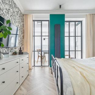 他の地域の小さい北欧スタイルのおしゃれな主寝室 (ラミネートの床、ベージュの床、白い天井)