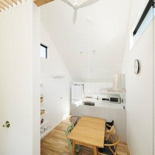 Esempio di una piccola sala da pranzo aperta verso la cucina scandinava con pareti bianche, pavimento in legno massello medio, nessun camino, pavimento marrone, soffitto in carta da parati e carta da parati