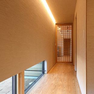 他の地域の中くらいのアジアンスタイルのおしゃれな廊下 (ベージュの壁、塗装フローリング、茶色い床、ベージュの天井) の写真