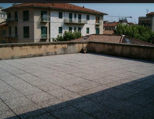 Terrazzo con piastrelle orrende
