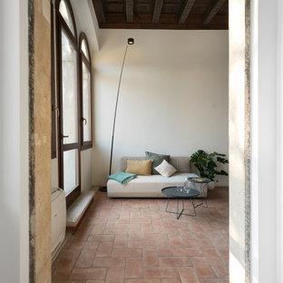 Идея дизайна: маленький коридор в современном стиле с белыми стенами, кирпичным полом, красным полом и многоуровневым потолком