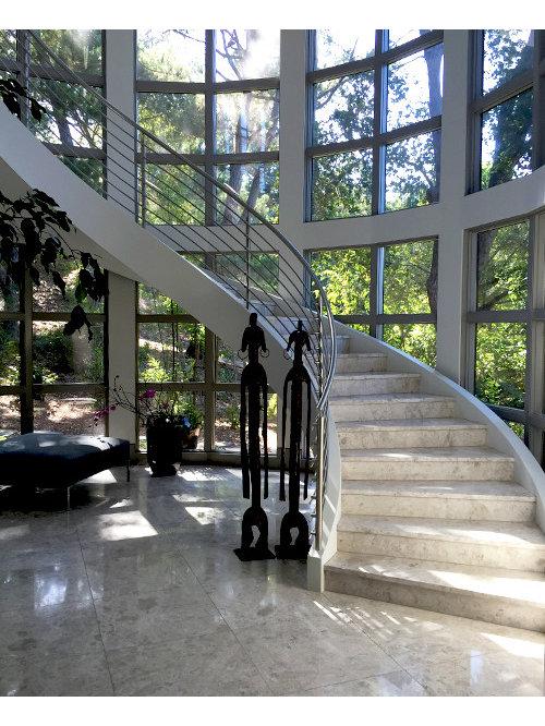 foto de escalera curva moderna grande con escalones de piedra caliza