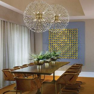 Idee per una sala da pranzo minimalista chiusa e di medie dimensioni con pareti beige, moquette, nessun camino e pavimento arancione