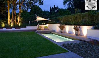 Bade-Lounge mit eingebundenem Grossgehölz am Abend