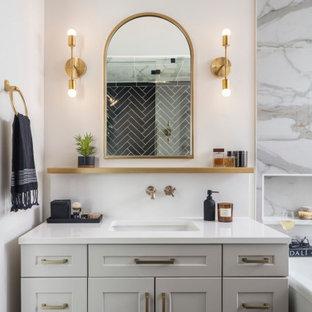 Idéer för att renovera ett stort vintage vit vitt en-suite badrum, med skåp i shakerstil, grå skåp, ett fristående badkar, en dusch i en alkov, en toalettstol med hel cisternkåpa, flerfärgad kakel, marmorkakel, vita väggar, klinkergolv i keramik, ett undermonterad handfat, bänkskiva i kvarts, svart golv och dusch med gångjärnsdörr