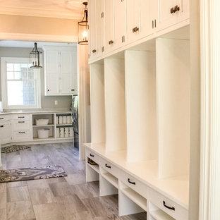 Esempio di un'ampia sala lavanderia tradizionale con lavello sottopiano, ante con riquadro incassato, ante bianche, top in quarzite, pareti grigie, pavimento in marmo, lavatrice e asciugatrice affiancate e top bianco
