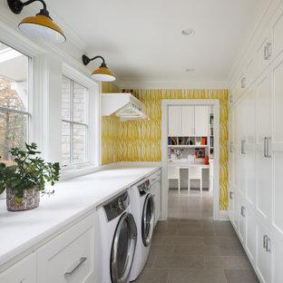 Inspiration för maritima parallella vitt tvättstugor, med skåp i shakerstil, vita skåp, bänkskiva i kvarts, en tvättmaskin och torktumlare bredvid varandra, grått golv och vita väggar