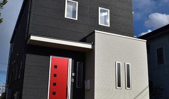 赤い玄関ドアが映えるシンプルな家
