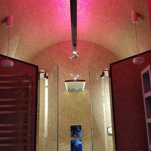 Diseño de cuarto de baño principal, bohemio, pequeño, con armarios con rebordes decorativos, puertas de armario turquesas, bañera empotrada, ducha esquinera, sanitario de pared, baldosas y/o azulejos beige, baldosas y/o azulejos en mosaico, paredes beige, suelo con mosaicos de baldosas, lavabo sobreencimera, encimera de mármol, suelo beige, ducha con puerta con bisagras y encimeras marrones